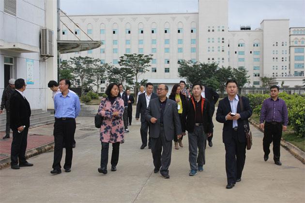 同洲制药总经理李丙寅带领专家参观工厂